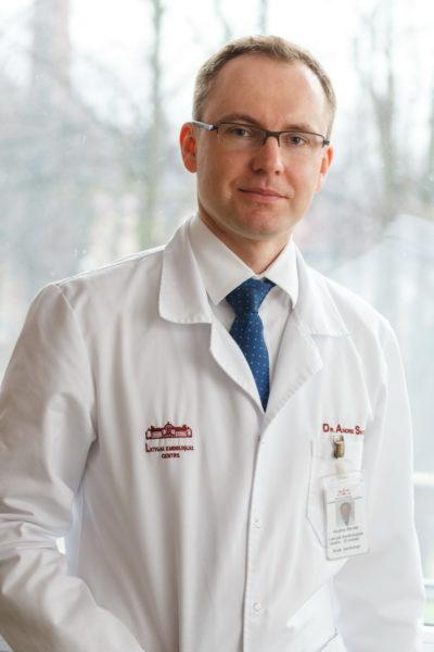Andris Skride: «Pasaulē jau aptuveni 15 gadus ir pieejama ārstēšana. Agrāk divu gadu laikā nomira visi pacienti, kuri slimoja ar pulmonālo arteriālo hipertensiju. Tagad cilvēki dzīvo, un viņiem ir cerība. Atsevišķos gadījumos iespējama arī pilnīga izārstēšana.» Foto: Guntis Gvozdevs